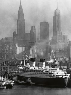 Queen Elizabeth at its Maiden Voyage in New York Harbor - NYC, 1940 Rms Queen Elizabeth, Queen Mary, Old Pictures, Old Photos, Vintage Photos, Photo New York, New York Harbor, Vintage New York, Chrysler Building