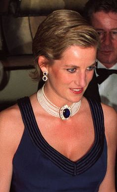 New York City in January, 1995 ~ Diana is wearing a Catherine Walker gown and a multi-strand pearl choker with a large sapphire (brooch) given her by the Queen on her wedding. Princess Diana Jewelry, Princess Diana Hair, Princess Of Wales, Real Princess, Lady Diana Spencer, Catherine Walker, Elisabeth Ii, Diana Fashion, Slicked Back Hair