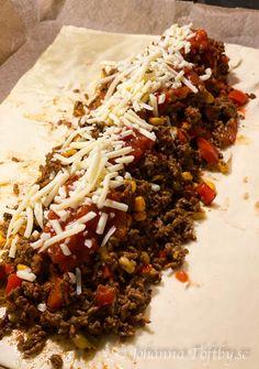 Tacos i smördeg- galet god tacorulle! - Johanna Toftby Tacos, Taco Time, Good Food, Yummy Food, Swedish Recipes, Recipe For Mom, Garam Masala, Tex Mex, Food Inspiration