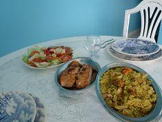 almoço de domingo: salada arroz de açafrão e salmão grelhado.
