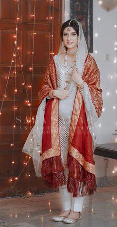 Asian Wedding Dress Pakistani, Pakistani Bridal Makeup, Beautiful Pakistani Dresses, Asian Bridal Dresses, Indian Bridal Fashion, Pakistani Dress Design, Pakistani Outfits, Bridal Outfits, Stylish Dresses For Girls