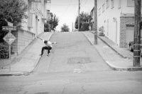 Adicionais Zack Wallin Ollie de uma calçada a outra - Mais um foto divulgada pela The Skateboard Magazine um Ollie do skatista Zack Wallin sobre a rua, de uma calçada a outra com um embalo foi que foi, se liga na foto e no gif a seguir