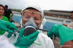 """""""ขบวนการลักลอบทิ้งกากอุตสาหกรรม""""  หน่วยเฝ้าระวังมลพิษทางน้ำของกรีนพีซเตรียมตัวก่อนเก็บตัวอย่างน้ำเสีย    © เริงฤทธิ์ คงเมือง/ Greenpeace"""