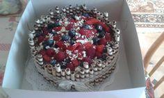 Čokoládový dort s pařížskou šlehačkou a ovocem.  Jednou za čas se musí hřešit :)