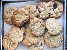 Chewy Peanut Butter Cookies Healthy Foods To Make, Healthy Treats, Healthy Biscuits, Chewy Peanut Butter Cookies, Dark Chocolate Chips, Tray Bakes, Kids Meals, Whole Food Recipes, Sweet Treats