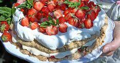 Festlig marängtårta med jordgubbar och lemon curd | Land.se Lemon Curd, Bruschetta, Deserts, Gluten, Ethnic Recipes, Glass, Dog, Lemon Custard, Drinkware
