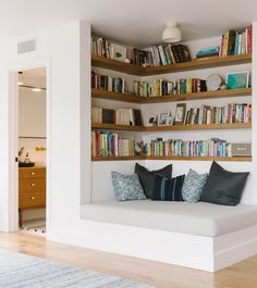 45 Outstanding Millennial Small Master Bedroom Ideas On A Budget Diy Decor 15 D. Vintage Home Decor, Diy Home Decor, Home Design Images, Design Ideas, Design Design, Corner Bookshelves, Diy Bookshelf Wall, Bookshelves In Bedroom, Bookshelf Ideas