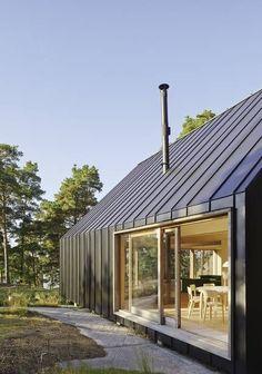 키 큰 소나무들 사이로 블랙 스틸 옷을 입은 이층집이 보인다. 자연과는 조금 다른 외관 너머에는 나무 향 가득한 내부 공간이 있다.대지는 스웨덴 스톡홀름(Stockholm) 외곽에 위치한다. 자연 그대로의 모습을 간직한 키 큰 소나무 숲이 있는 곳이다. 북쪽 바다와 마주한 고원 위, 탁 트인 풍광이 바라다 보이는 높은 지점에 집이 들어섰다.이곳에는 오랜