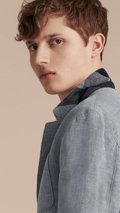 A softly tailored jacket made from Italian-made herringbone fabric. Woven in a lightweight and breathable cotton and linen blend, it is suitable for warmer days. The design is finished with a check undercollar and large patch pockets.