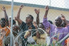 Migranti, in quatttro si cuciono la bocca