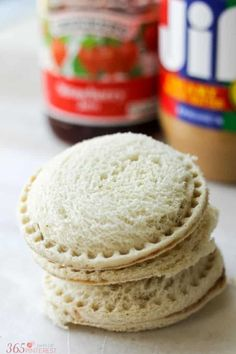 Peanut Butter and Jelly Freezer Sandwiches are a great trick to have up your sleeve when it comes to packing the kids' lunch boxes. These DIY Uncrustable Freezer Sandwiches are a huge time saver in the morning! Freezer Sandwiches, Party Sandwiches, Healthy Sandwiches, Delicious Sandwiches, Make Ahead Freezer Meals, Freezer Cooking, Glutenfree Bread, Peanut Butter Sandwich, Homemade Peanut Butter