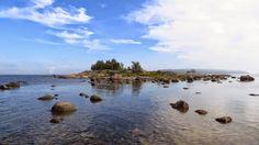 Sisä-Hattu / Pikku - Hattu. Lauttasaaren päässä sijaitseva saari, jonka kallioihin satamaanpääsyä odottaneet merimiehet ovat kaivertaneet kirjoituksia.