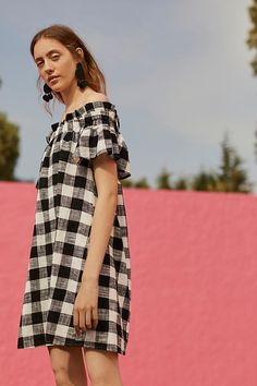 Gingham trend is not something very new but it becomes trend again and again. Here are some stylish outfit ideas for spring. Check out this post and see. Off The Shoulder Top Outfit, Shoulder Dress, Punk Dress, Gingham Dress, Plaid Dress, Petite Dresses, Dress Patterns, Pattern Dress, Stylish Outfits