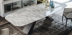 Table with base in white (GFM71), black (GFM73) or graphite (GFM69) embossed lacquered steel or in satin stainless steel. Marmi Calacatta (KM01), Alabastro (KM0