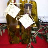 """Αρωματικό Λάδι """"Με...λιά"""" 1000 ml     Το αρωματικό λάδι είναι έξτρα παρθένο μέχρι 0,7 οξέα εμπλουτισμένο με εξαίσια αρωματικά βότανα που συλλέγουμε από τη φύση, και δίνουν στο λάδι ένα ξεχωριστό μεθιστικό άρωμα και γεύση μοναδική. http://www.gigagora.gr/node/1292"""