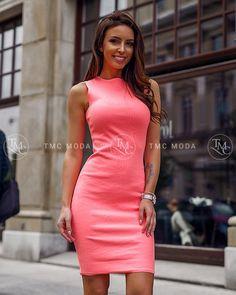 d5591e4dec68 Moderné a štýlové šaty v neonovo marhuľovej farbe pre XS