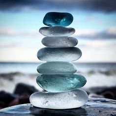 Blue stack of beach glass set against an ocean back drop a nice photograph, clever idea. Colorful Wallpaper, Nature Wallpaper, Wallpaper Backgrounds, Sea Glass Colors, Sea Glass Art, Sea Glass Beach, Stained Glass, Cura Interior, Paz Interior