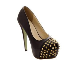 Sapato scarpin preto spike dourado.