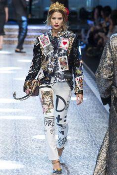Dolce & Gabbana Fall 2017 Ready-to-Wear Collection Photos - Vogue Fashion Week, Fashion 2017, Runway Fashion, High Fashion, Fashion Show, Fashion Outfits, Womens Fashion, Fashion Design, Fashion Trends