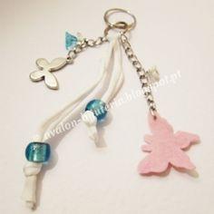 Porta-chaves com borboletas e flores    http://avalon-bijuteria.blogspot.pt/2012/12/porta-chaves-com-borboletas-e-flores.html