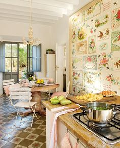 Uma casa cheia de recordações e cuidados. Veja: http://www.casadevalentina.com.br/blog/detalhes/na-trilha-da-historia-3138 #decor #decoracao #interior #design #casa #home #house #idea #ideia #detalhes #details #style #estilo #casadevalentina #cozinha #kitchen