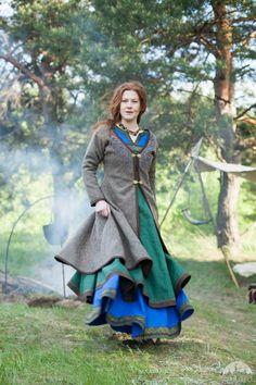 "Womens Coat Viking Kaftan ""Ingrid"" mit Stickerei; Woll Mantel; Wikinger Kostüm                                                                                                                                                                                 Mehr"