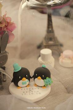 penguins bride and groom Wedding Cake Topper #handmadecaketopper #animals #custom #claydoll #unique #cakedecor #ceremony #initials #weddingideas #kikuikestudio #Boda #Hochzeit  #mariage #結婚式