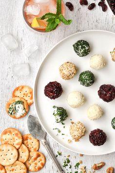 お好きな味付けのチーズボールを小さく丸めて、お好みでトッピングをまとわせましょう。