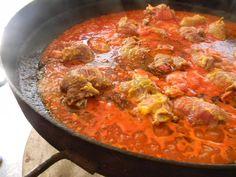 Niños envueltos de carne, con salsa