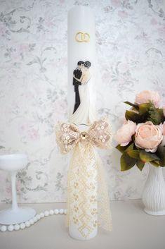 Lumanari de nunta cu mire si mireasa crem. Lumanarile pot fi personalizate la cerere cu numele sau initialele mirilor/nasilor si/sau data nuntii, personalizarea este gratuita. Lumanarile sunt disponibile in mai multe dimensiuni si se pot modifica in functie de tematica nuntii dvs. Wedding Glasses, Candels, Diy Wedding Decorations, Weddings, Formal Dresses, My Style, Design, Brides, Bottles