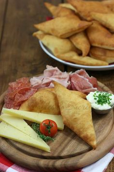 Gnocco fritto ricetta semplice Quick and easy to make fried dumpling. Ideal cut in half and filled with cold cuts and mixed cheeses. Frittata, Iftar, Appetisers, Antipasto, Street Food, Wine Recipes, Italian Recipes, Love Food, Sandwiches