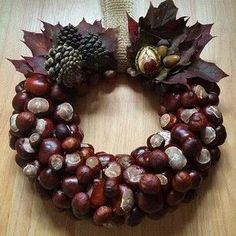 Wreath made from conkers (horse chestnuts) Rustic Christmas, Christmas Wreaths, Christmas Crafts, Christmas Decorations, Christmas Ornaments, Holiday Decor, Autumn Decorations, Christmas Ideas, Acorn Crafts