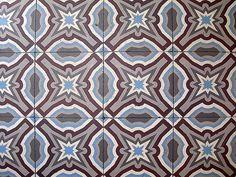 © Yseult   Carrelage dans une cuisine d'une maison type 1930 dans le Nord de la France. Le carrelage est bleu, marron, gris et blanc.    Cette photo a été invitée et ajoutée au groupe Carrelages anciens.