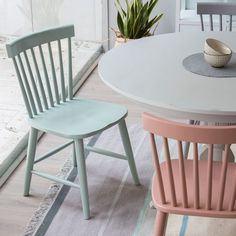De inspiración nórdica, la silla Colette es perfecta para combinar con cualquier estilo. Silla de madera maciza, lacada en cuatro colores disponibles: gris, gris claro, verde y rosa.
