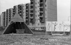 Gazdagréti út, szabadtéri oltár. Ezen a területen épült fel a mai Szent Angyalok temploma. A háttérben a Szomszédok teleregény sorozatból jól ismert panelház. #panelházak #retró #retro #régiképek #otthonok #lakótelep #retroképek #érdekes #emlékek