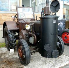 Lanz, in Holzgasausführung, ist Gast bei der Oldtimerausstellung der Traktor-Oldtimer-Freunde Wiershausen, April 2012