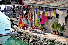 Locals living next to the bridge that connects Bohol with Panglao. Bohol, Philippines 2013 © Sabrina Iovino | Travel Pinspiration