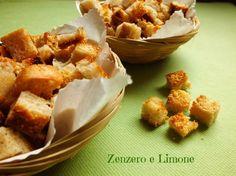 I crostini al formaggio sono perfetti affondati in zuppe calde e vellutate, ma ottimi anche da soli, sgranocchiati così e serviti durante un aperitivo.
