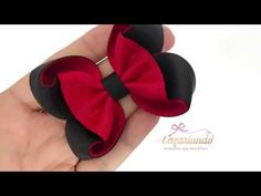 Laço Amora - Fita N°5 - YouTube Handmade Hair Bows, Diy Hair Bows, Making Hair Bows, Diy Bow, Ribbon Hair Bows, Lace Bows, Ribbon Jewelry, Hair Bow Tutorial, Ribbon Crafts