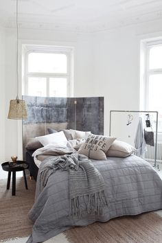 Slaapkamer in grijstinten en warme materialen. | Home - Design ...