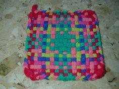 Potholder Cotton Loops Woven Potholder Loom, Potholder Patterns, Crochet Dishcloths, Fun Projects, Project Ideas, Craft Ideas, You're Hot, Weaving Patterns, Mug Rugs