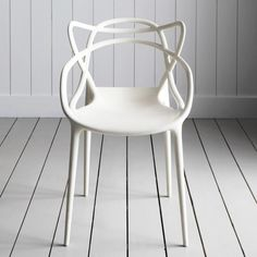 Silla Masters Policarbonato nspirado en la silueta de tres sillas históricas del diseño contemporáneo: la Eiffel Chair de Charles Eames, la Serie 7 Chair de Arne Jacobsen, y la Tulip Armchair de Eero Saarinen. Fabricada en policarbonato.