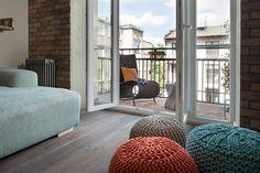 Apartament na Mokotowie – salon. Foto: Rafał Nebelski | tryc.pl #interiors #summer #puffa #sofa #loggia #wall #brick #colours
