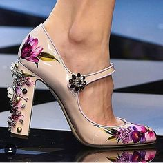 Attention to detail as always at @dolcegabbana #dolcegabbana#heels#runway#fashion#fw16#mfw