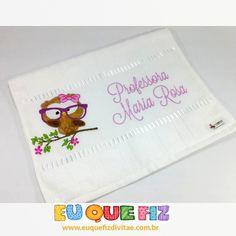 zpr Linda toalha felpuda de mão, bordada com uma singela coruja e personalizada com nome - Pronta Entrega Você encontra na loja: http://euquefiz.divitae.com.br/produto-131773-toalha-dia-dos-professores #divitae #melhorplataforma #melhorsuporte #criesualoja #lojasvirtuais #ecommerce #site #loja #comercio #vendas #web #vempradivitae www.divitae.com.br