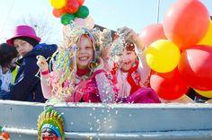 Koksijde gunt de kinderen een ereplaats tijdens de kindercarnavalstoet. Met een guitig masker op hun snoet paraderen ze ieder jaar op woensdag tijdens de krokusvakantie in de Zeelaan.