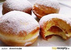 Quark-Pudding-Torte mit Erdbeeren und To. Slovakian Food, Czech Desserts, Yogurt Bread, Donuts, Desert Recipes, Doughnut, Deserts, Food And Drink, Sweets