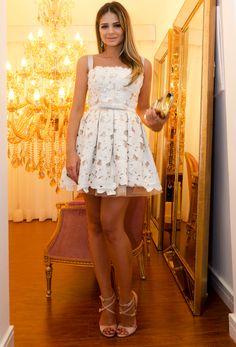 Vestido – Martha Medeiros para Farfetch | sandália – Luiza Barcelos | bolsa – Paula Cadermatori | anel e brinco de esmeraldas – Talento Jóias