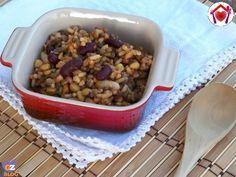 Questo è un piatto umbro fra i più classici, una gustosa zuppa di legumi e cereali chiamata imbrecciata.