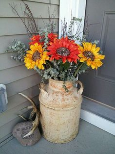 Antique Milk Can Planter Decoration 47 Rustic Farmhouse Porch Decorating Ideas to Show Off This Season Farmhouse Front Porches, Rustic Farmhouse, Antique Milk Can, Vintage Porch, Rustic Vintage Decor, Antique Decor, Rustic Style, Modern Rustic, Organizing Ideas